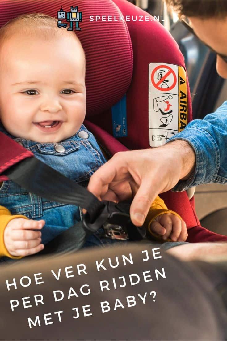 Foto van een moeder die haar baby in het autozitje zet voor vakantie