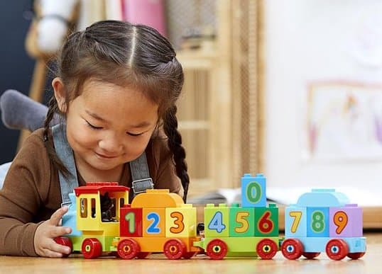 Learning-counting-and-recognizing-numbers-with-the-DUPLO-train-1
