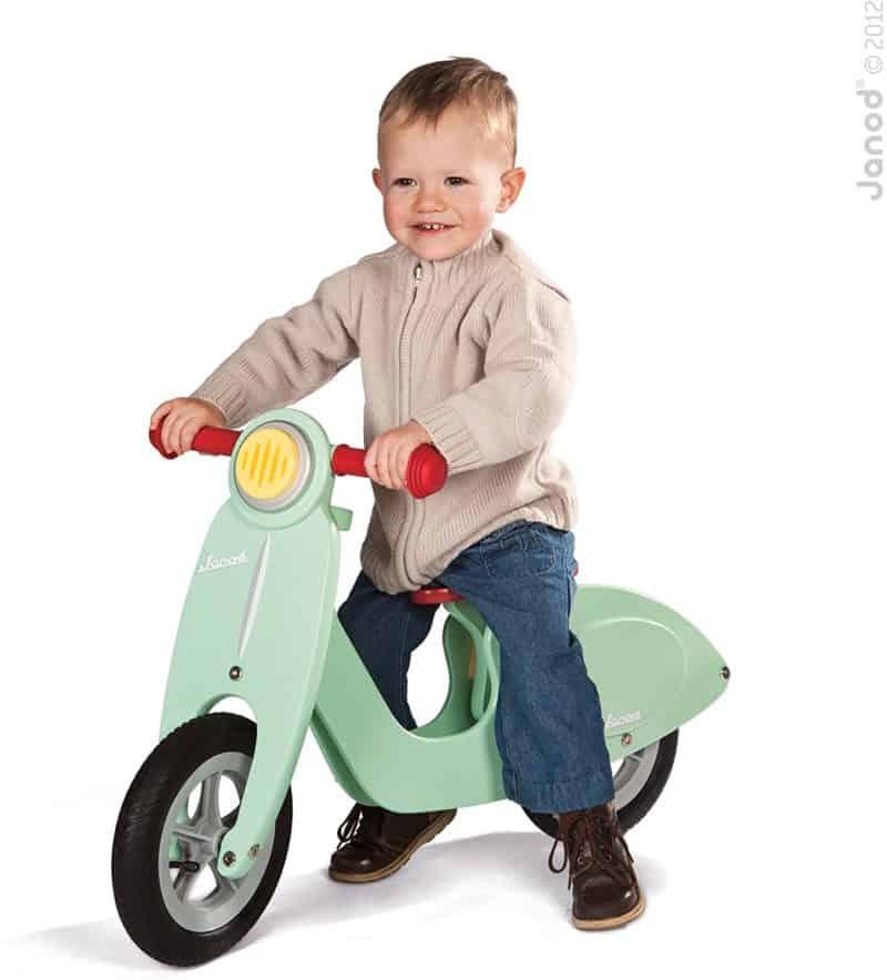 Motorische ontwikkeling- Janod Houten Loopfiets - Scooter Mint met kind